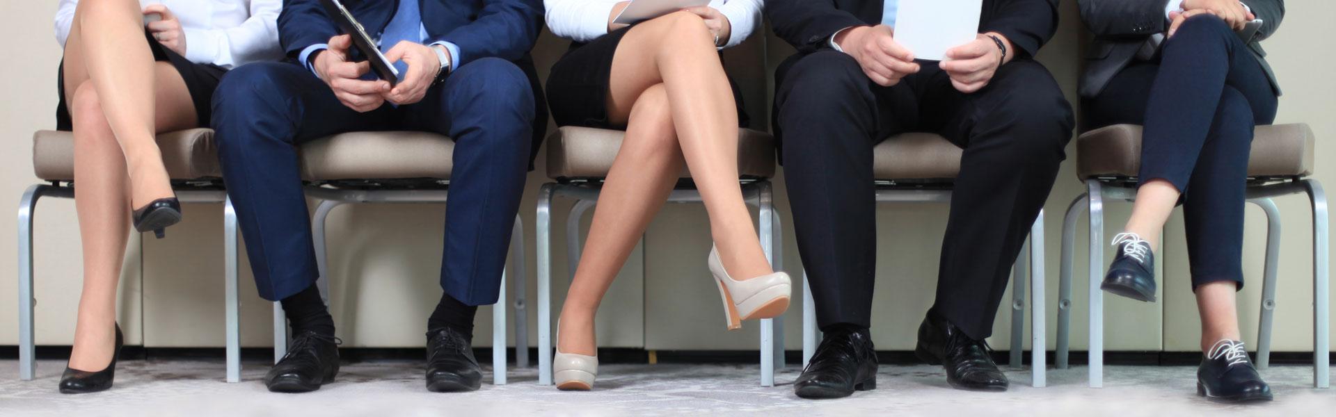 Stühle und Beine von Frauen und Männern